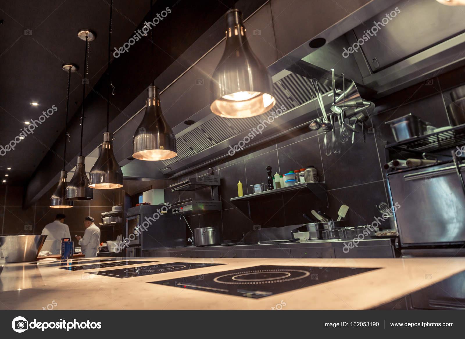 Arbeitsmittel In Der Küche | Profi Kuche Blick Zahler Aus Rostfreiem Stahl Bokeh Stockfoto