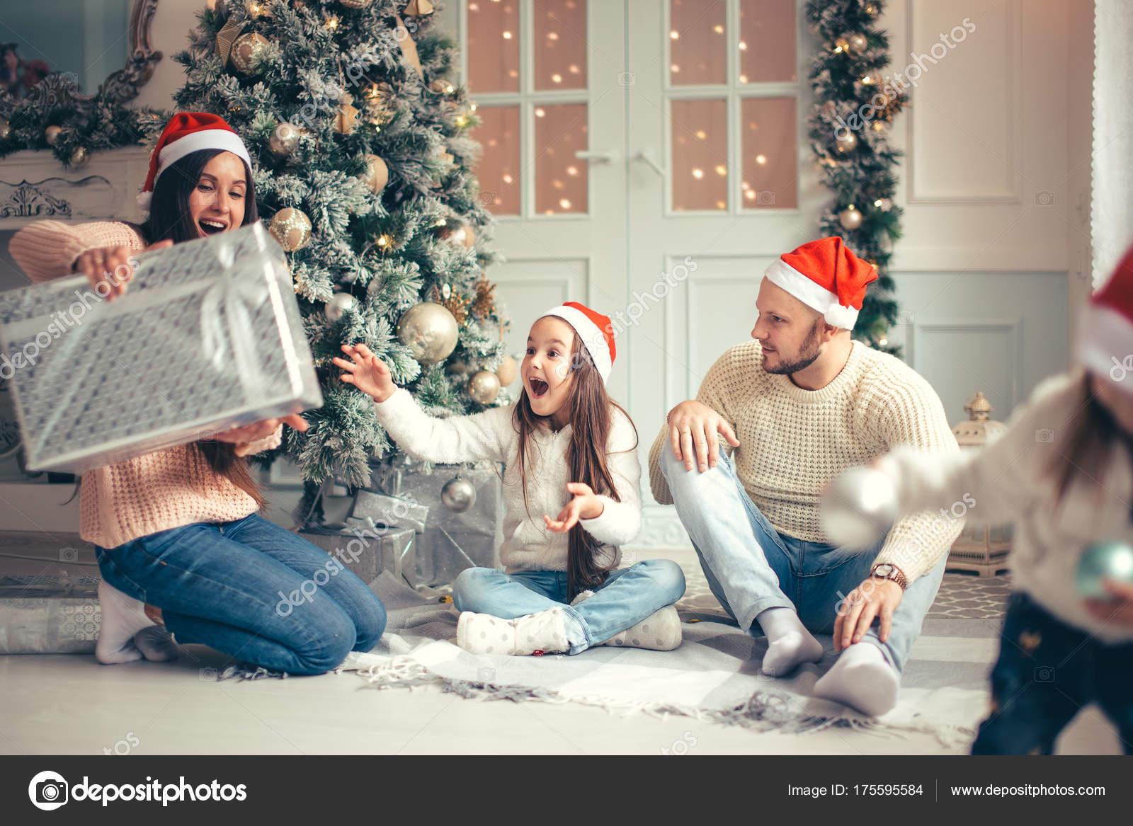 Eltern mit kleinen Mädchen überrascht Weihnachtsgeschenke für das ...