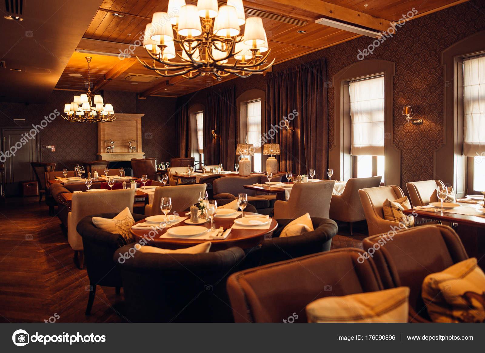 Interieur eines modernen Restaurants, klassisches Design, tagsüber ...