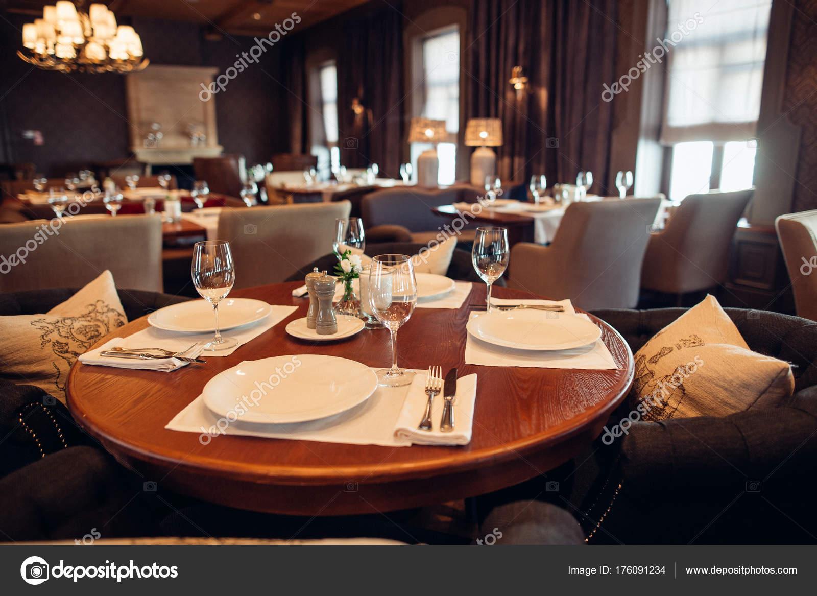 modernes, schlichtes Café Interieur mit klassischen Holzmöbeln ...