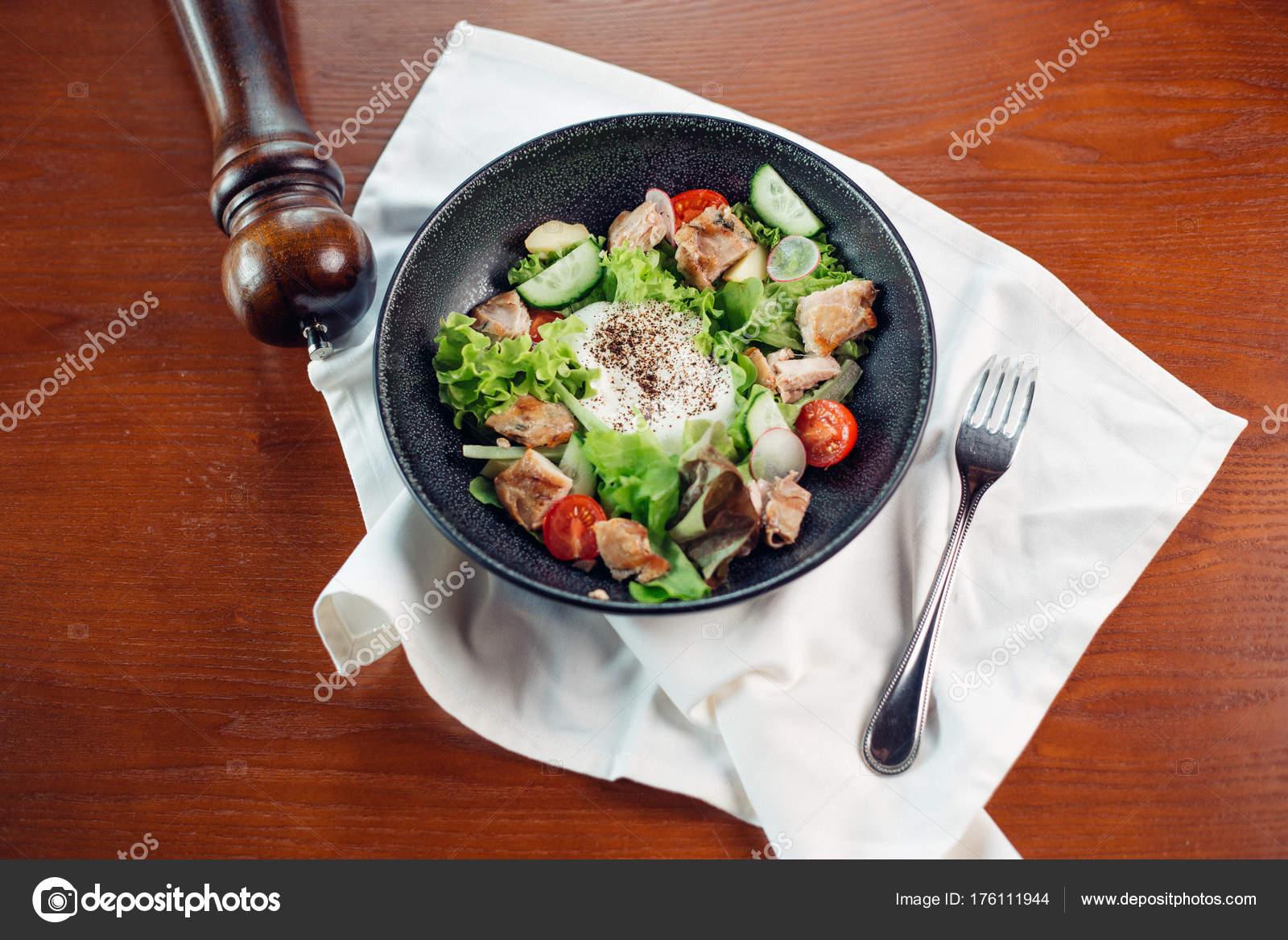 Insalata Di Caesar Sano Pollo Alla Griglia Con Formaggio E Crostini