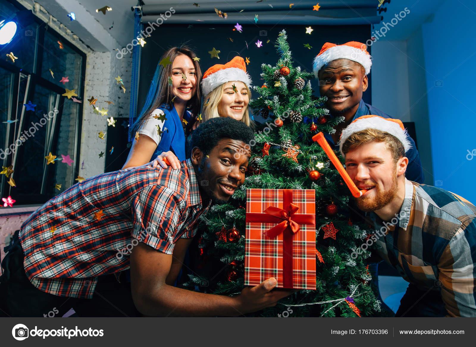 Albero Di Natale Con Foto Amici.Gli Amici Rende Divertente In Vacanza Di Natale Con L Albero