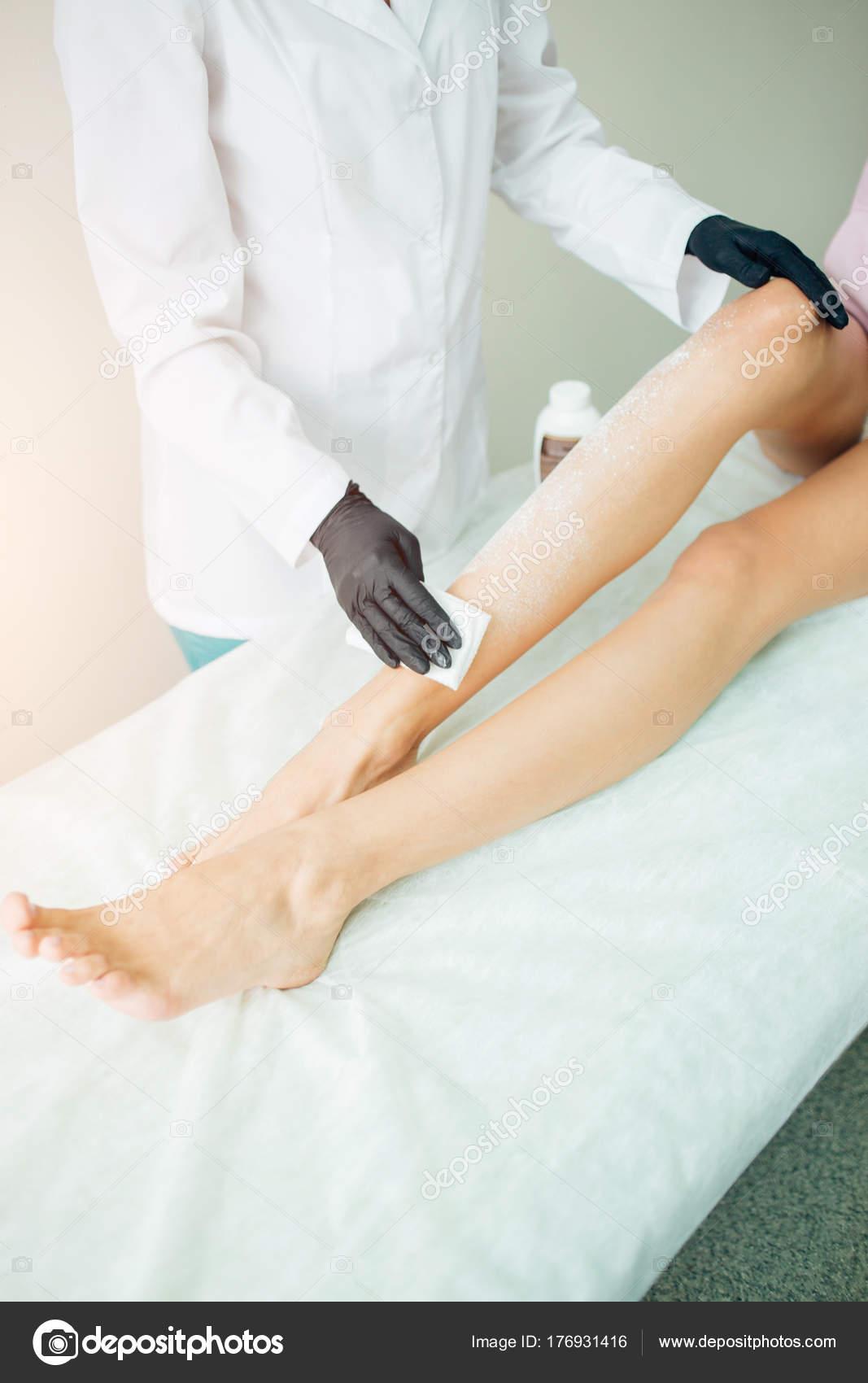 Preparazione di gamba per bagno di paraffina nel salone di bellezza ...