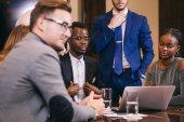 obchodní tým na setkání v moderních kancelářských debaty, pracují na notebooku