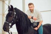 Fotografie muž v košili, jízda na koni, hnědá