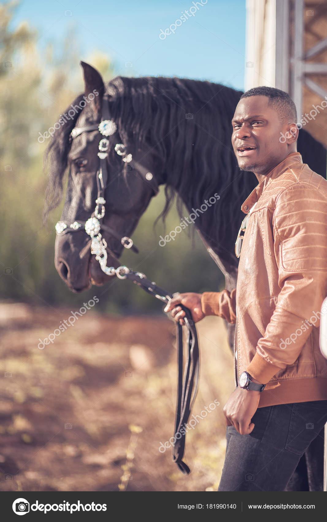 AfricainLunettes Dans Homme Près De Cheval Noir Soleil Le 5L34RjAq