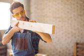 Tesař, testování rovinnosti dřevěných planěk na workshop