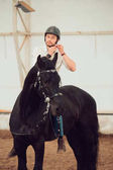 Fotografie Mann in einem Hemd auf einem braunen Pferd Reiten