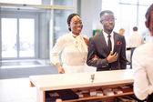 Afrikanische Autovermietung Assistent gibt Informationen an ein paar Kunden