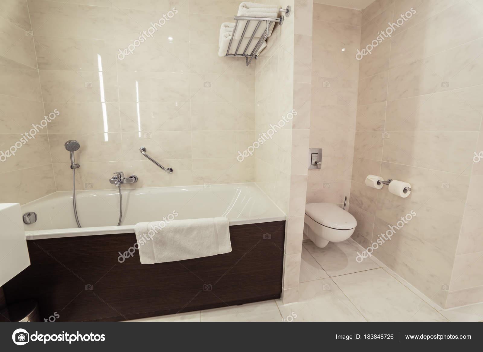 Moderne Warme Designer Badezimmer Mit Dusche Fliesen U2014 Foto Von Ufabizphoto