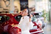 Africká žena s jejím novým zobrazeno klíčem auto
