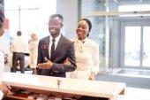 Fotografie Afrikanische Autovermietung Assistent geben Informationen zu ein paar Kunden