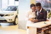 Fotografie Afrikanische Autovermietung Assistent gibt Informationen an ein paar Kunden