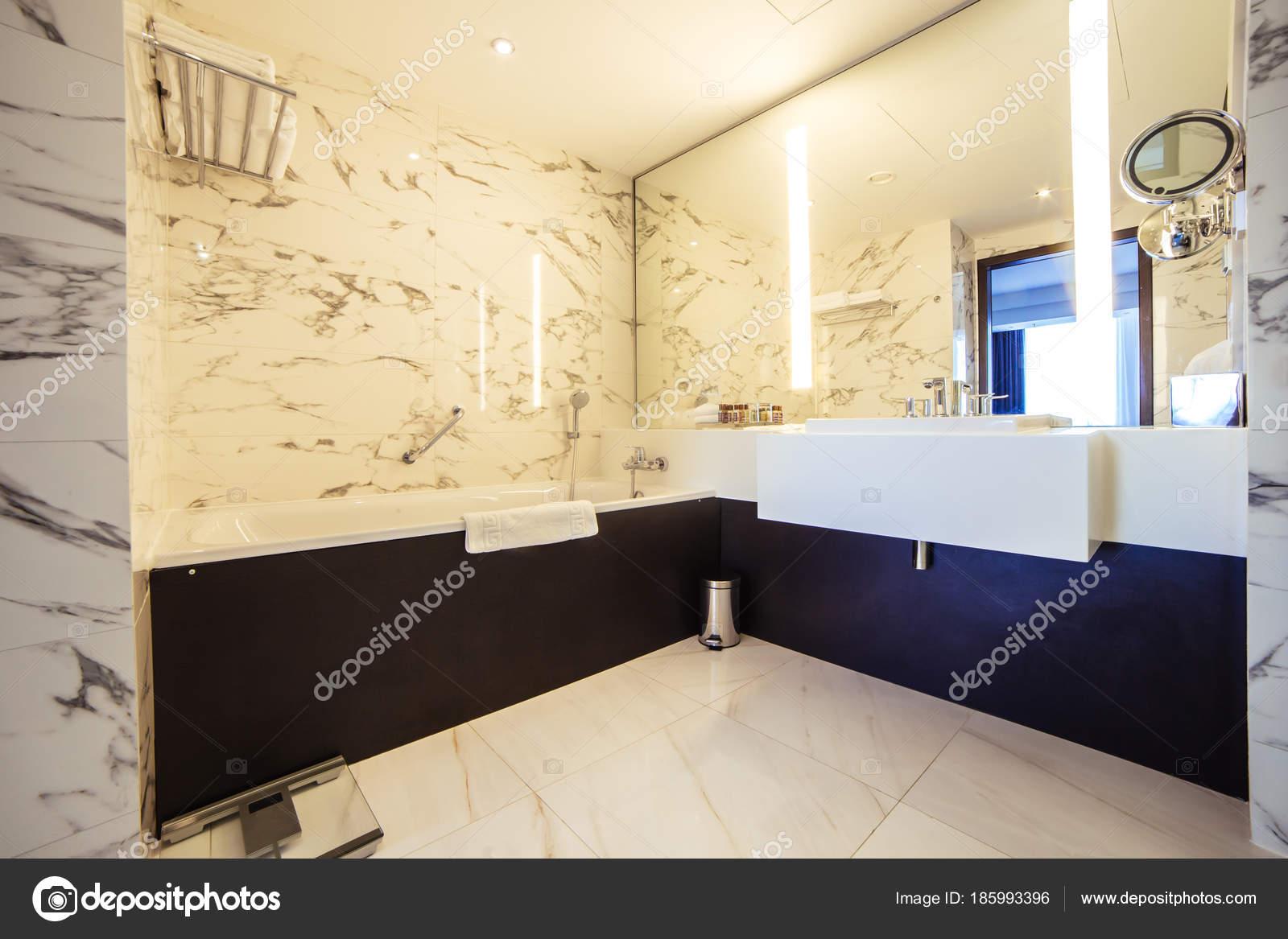Designer-Bad mit Dusche Fliesen — Stockfoto © ufabizphoto #185993396