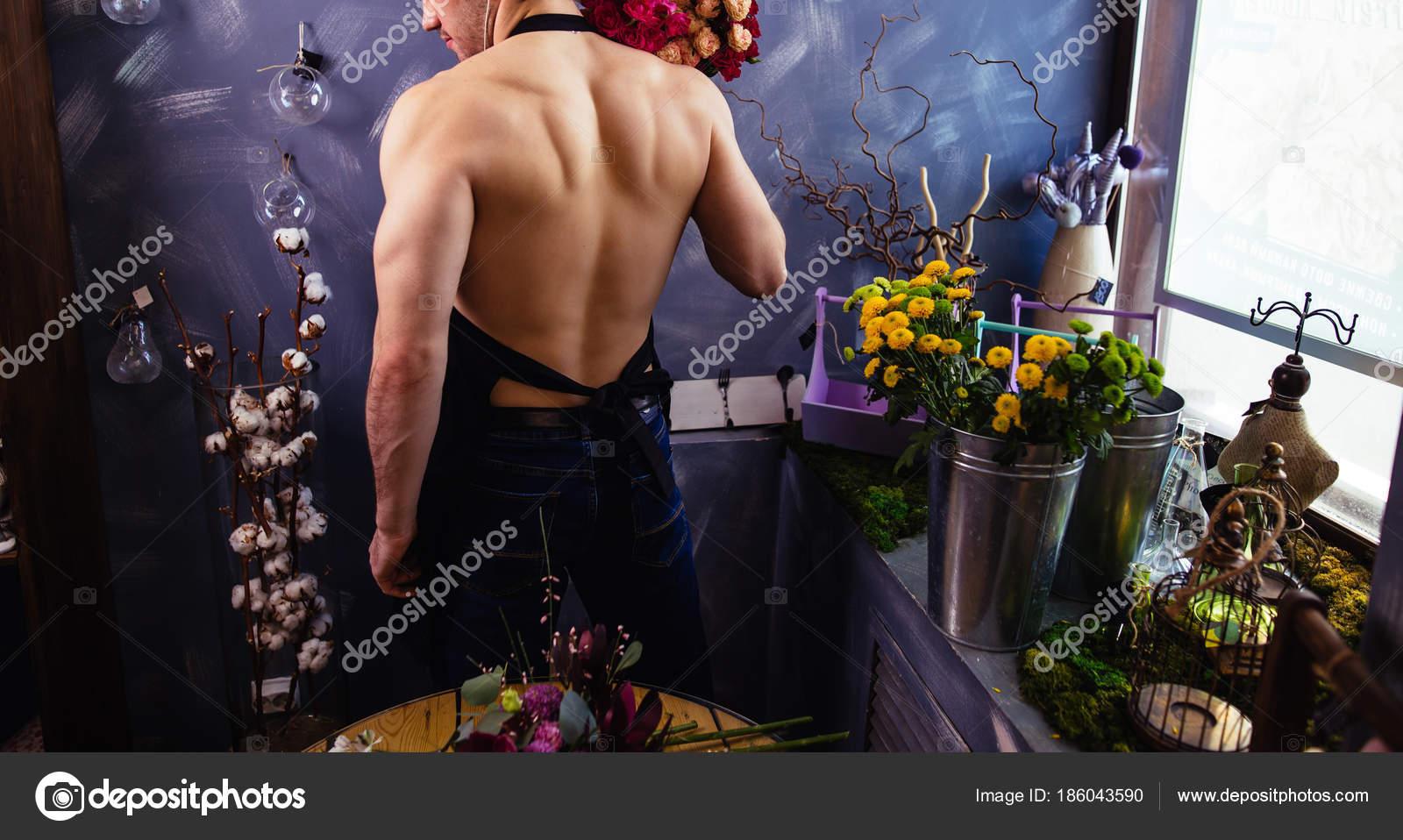 Um homem bonito com um torso nu 13d23a281de