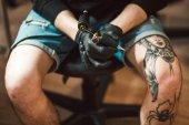 Tetováló művész gazdaság tetováló gép