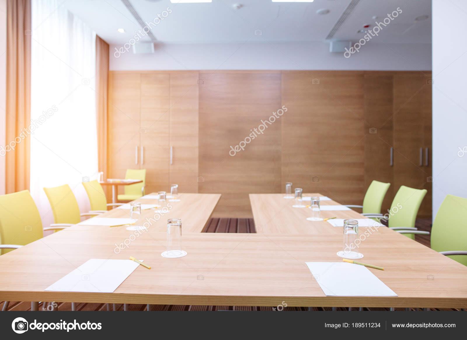 fotos von innenräumen des büroraums abstrakter weißer büroraum mit hufeisen braun holztisch und coy grüne stühle stockfoto