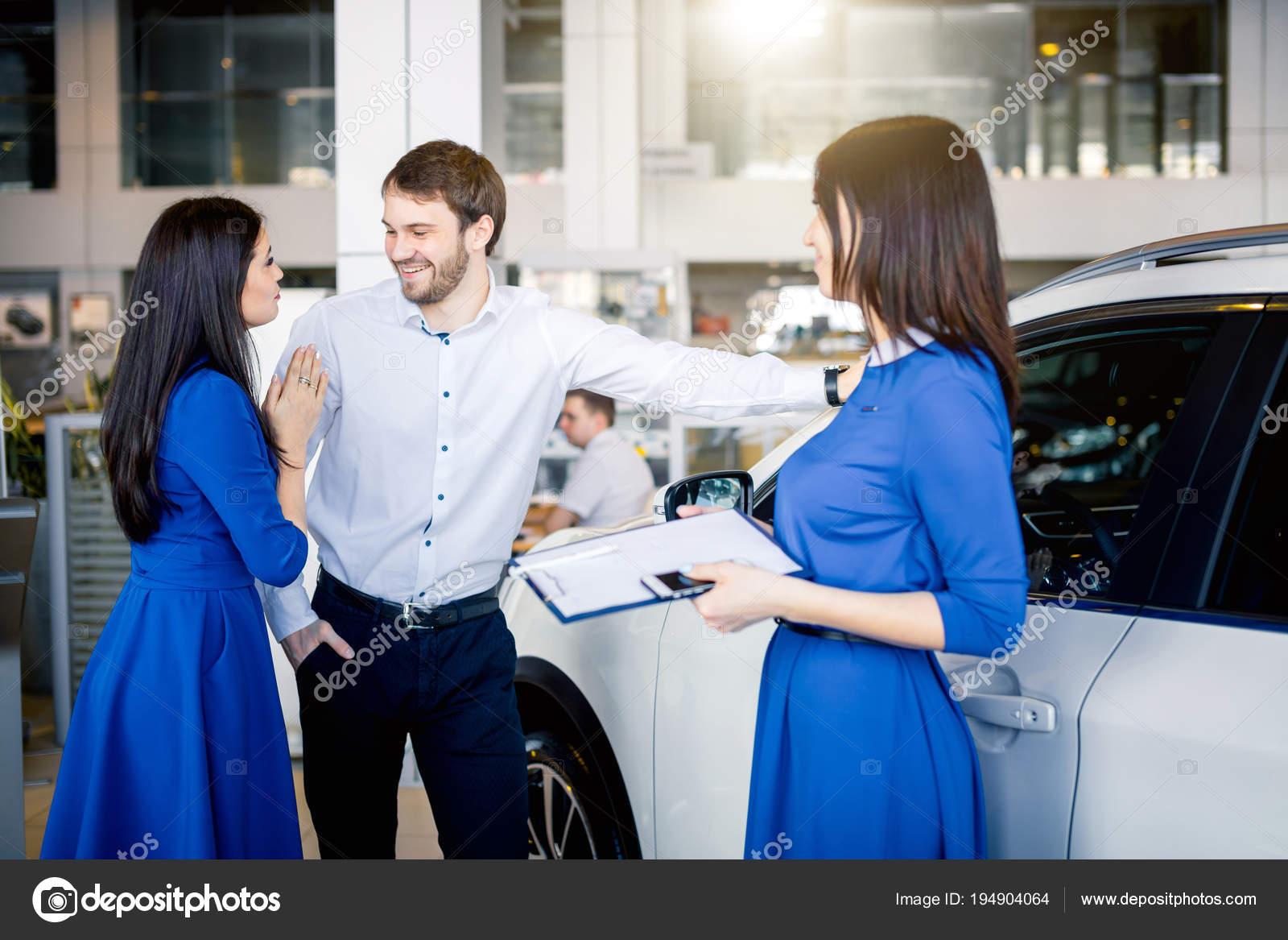 Jong Getrouwd Paar Kopen Van Hun Eerste Auto Samen In De Auto Salon