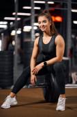 junges Modell posiert im Fitnessstudio