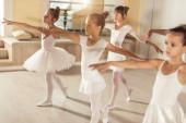 Choreografický taneční balet krásných bělošských dětí ve studiu