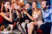 Junge kaukasische Clubgänger in Karaoke-Bar