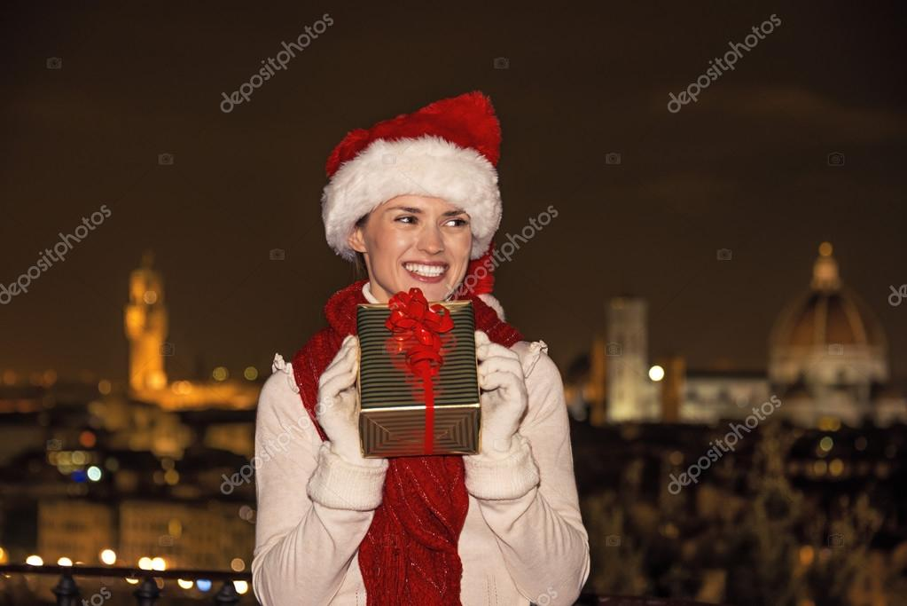glückliche Frau in Florenz, Italien mit Weihnachten Geschenk suchen ...