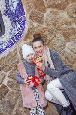 mother and child in Barcelona eating traditional king cake