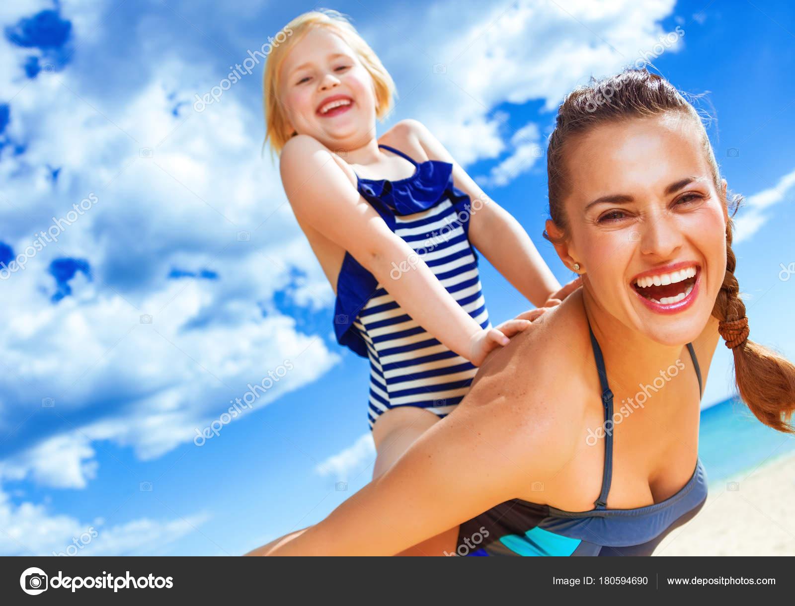 Costumi Da Bagno Per Bambino : Bellezza baciate dal sole allegra sana madre bambino costume bagno