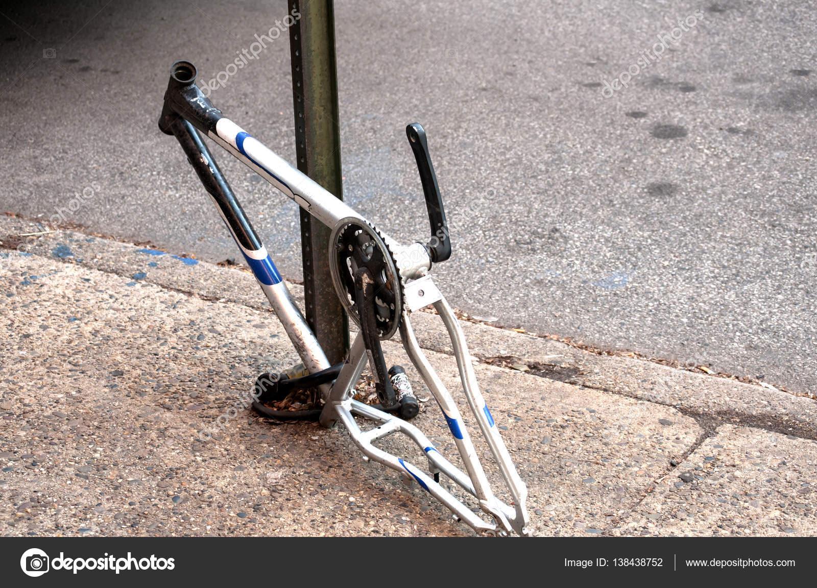 Fahrradrahmen mit gestohlenen Teile — Stockfoto © varbenov1 #138438752
