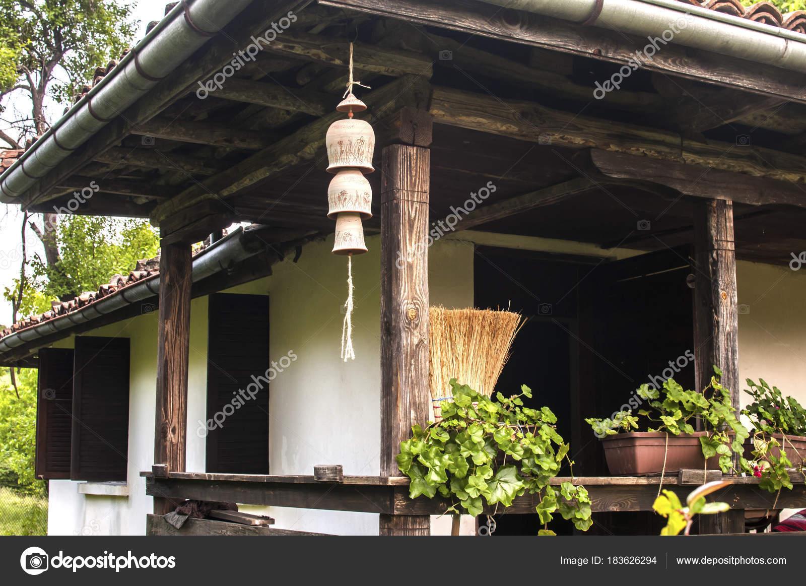 Decoratie gevelhuis buitenkant: russische gesneden houten kozijnen