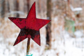 Rudá hvězda zachovány na hřbitově ze Sovětského svazu, zakopání mrtvých sovětských vojáků v lese během