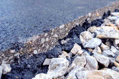 large gravel on which an asphalt slice is located