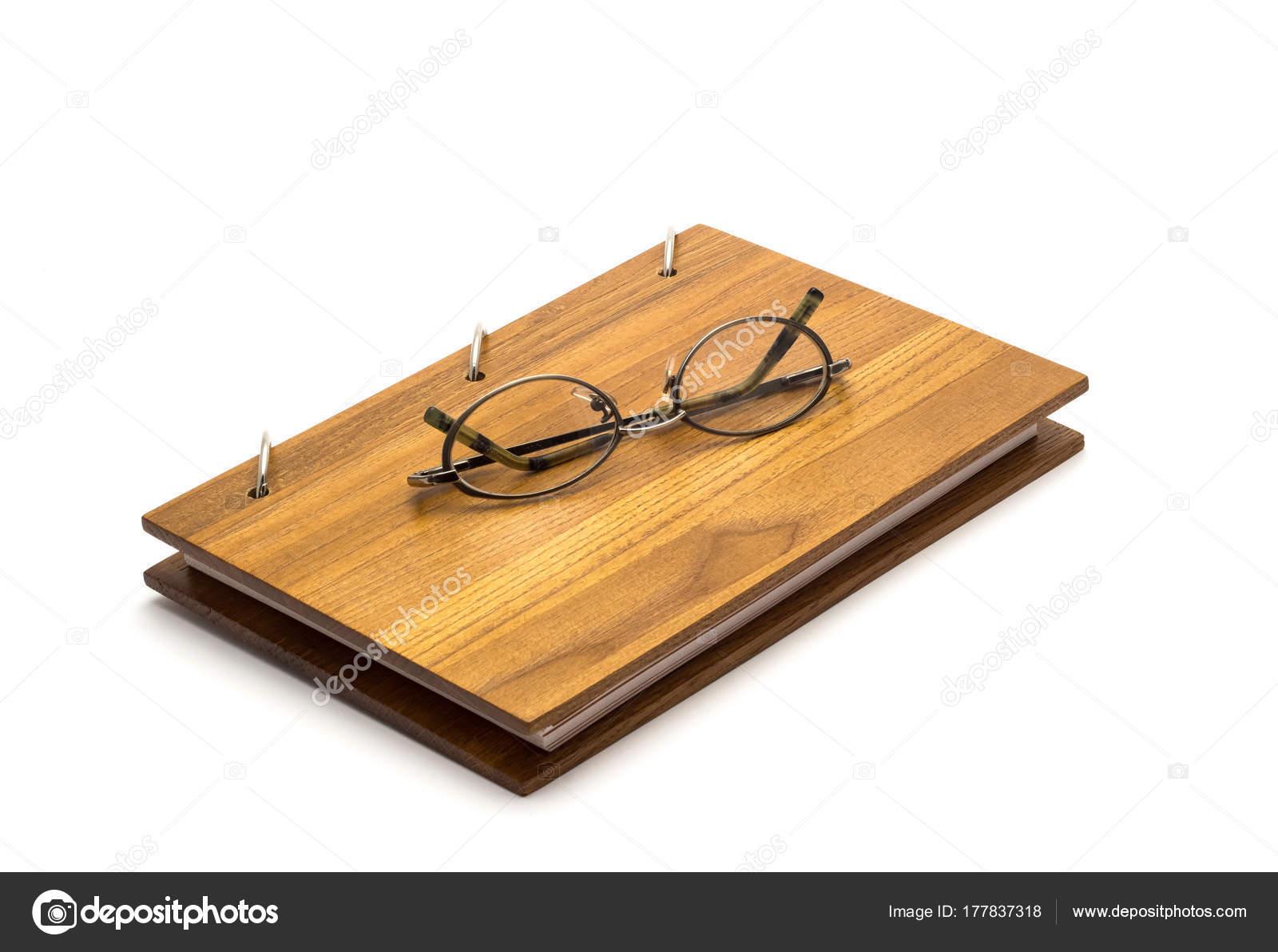 a7d2fbf9bb Γυαλιά και το λεύκωμα σημειωματάριο με κάλυμμα κατασκευασμένο από φυσικό  υλικό– εικόνα αρχείου