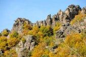 Interessante formazione rocciosa e alberi colorati in autunno
