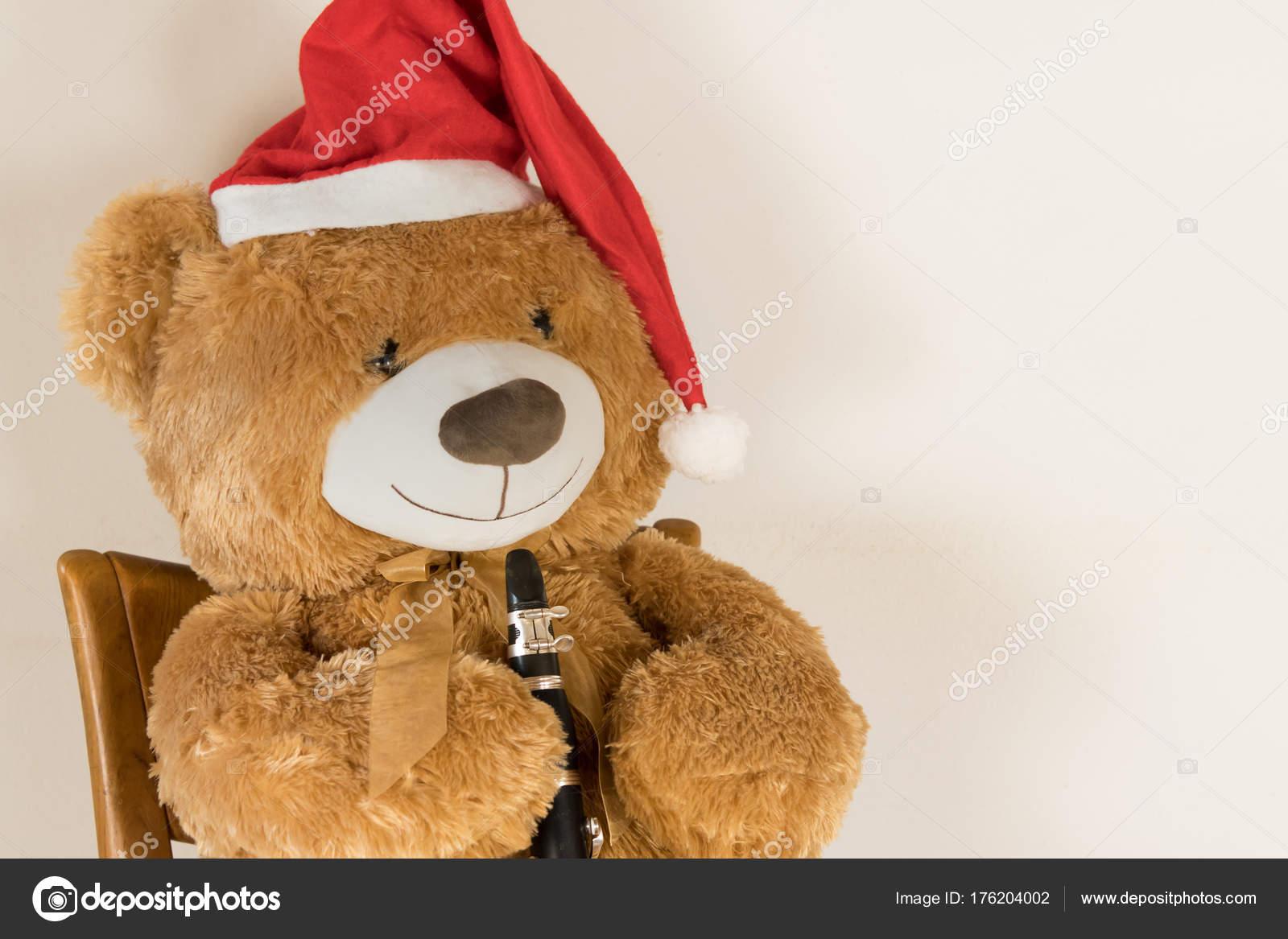 Feliz Navidad Clarinete.Peluche Oso Con Gorro De Navidad Clarinete Foto De Stock