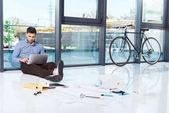 Podnikatel používající notebook v kanceláři
