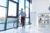 podnikatel s kole v úřadu