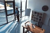 Photo businessman with bicycle in office