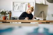 módní návrhářka pracuje se zařízeními
