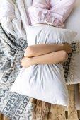 zakryt pohled žena objímala polštář vleže v posteli