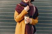 Fényképek részleges kilátás nyílik a női őszi kabát és kalap kávé a kézben