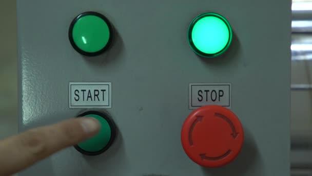 Zelené tlačítko start a červené tlačítko Stop/manipulace na panelu s tlačítky