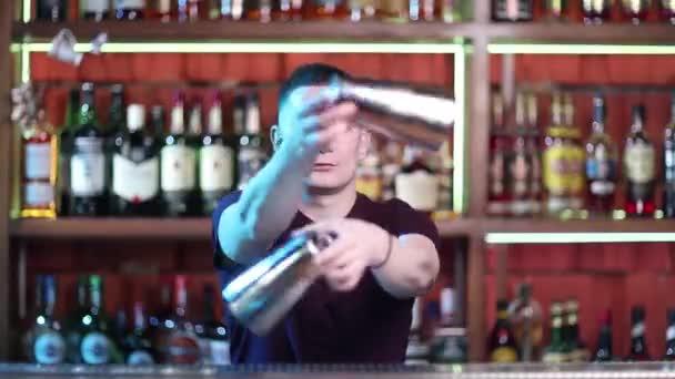 Fešák barman profesionál v nóbl baru dělat koktejlové nápoje.