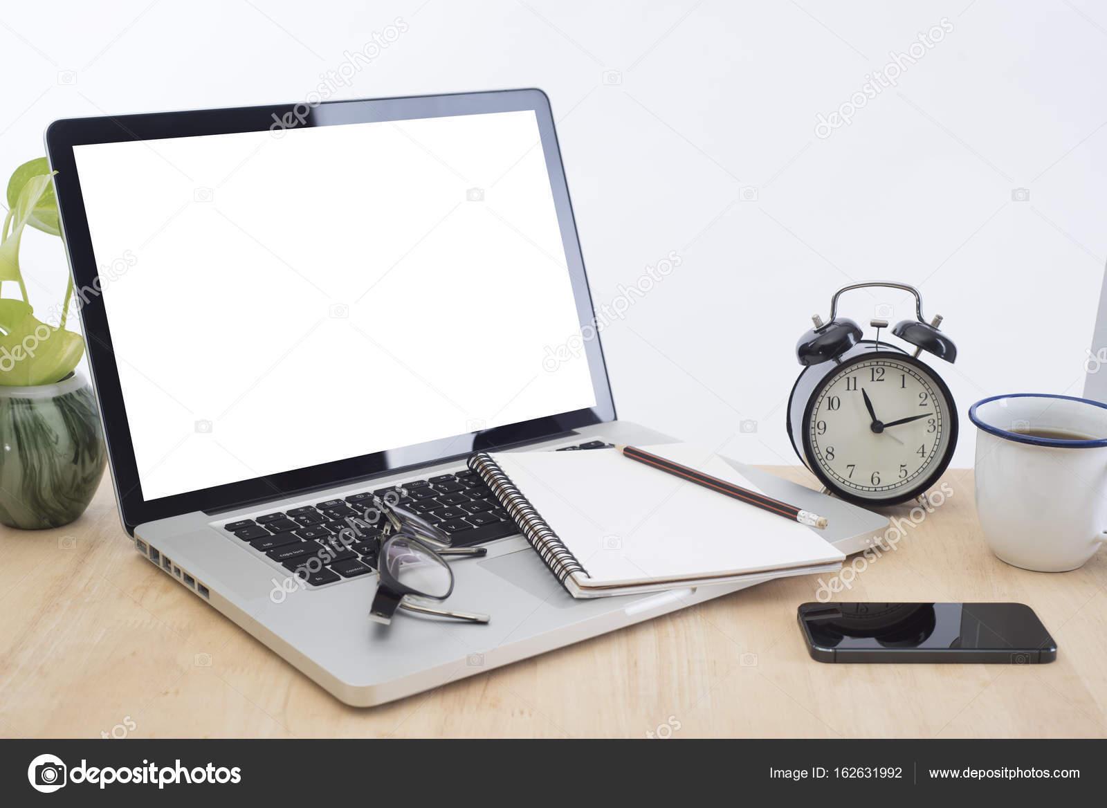 Lieu de travail avec l écran de l ordinateur moderne blanc bureau