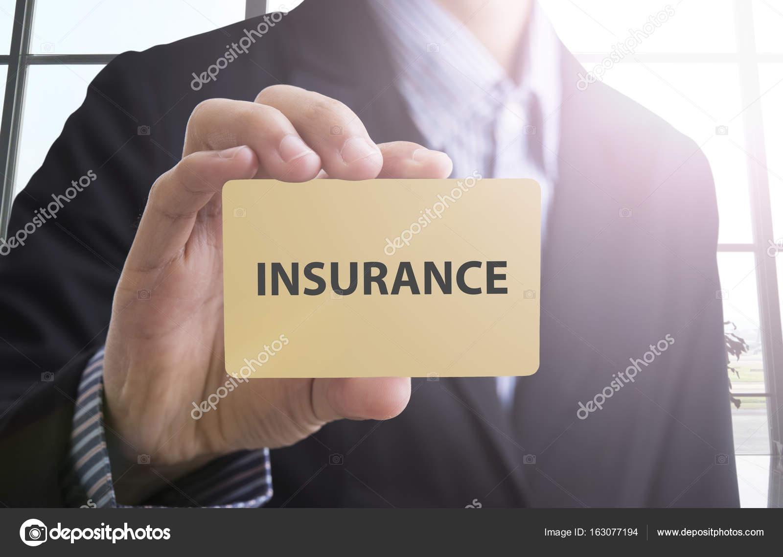 Main Dhomme Daffaires Detenant Une Carte De Visite Avec Assurance Message Images Stock Libres Droits