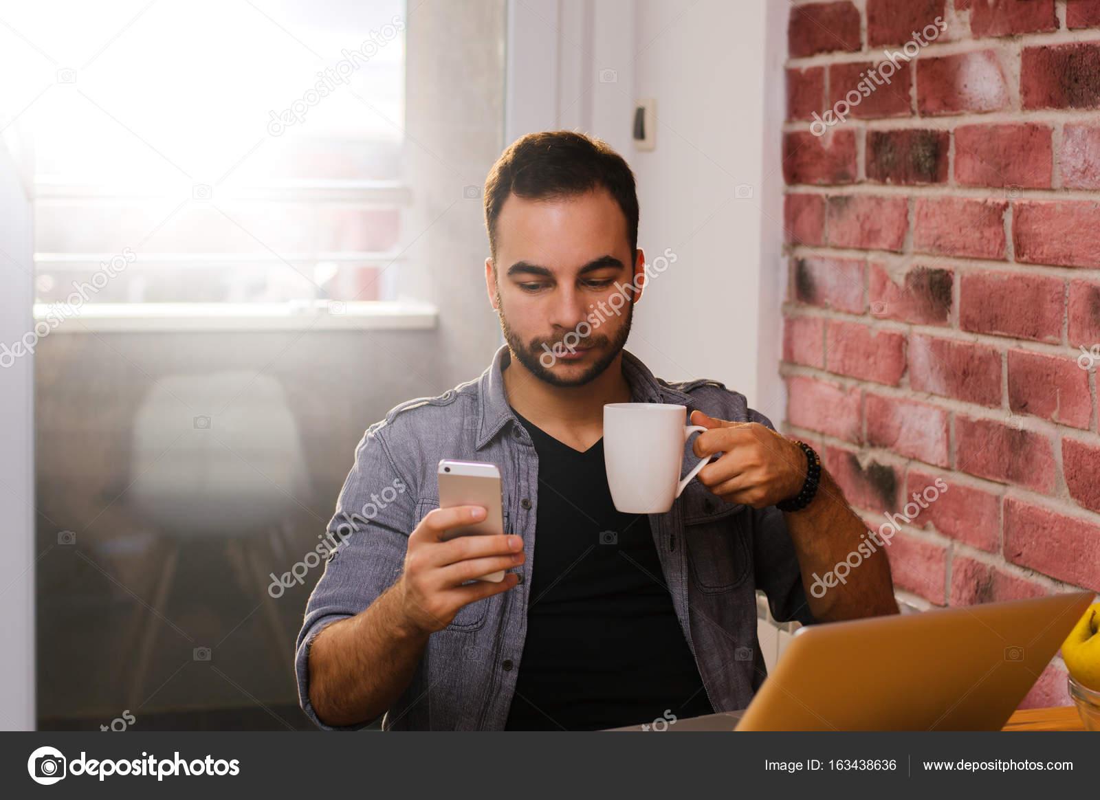 13e6cfab2 Chico guapo tomando café | hombre tomando café — Foto de stock ...