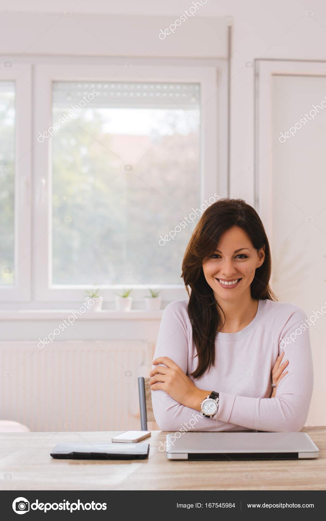 https://st3.depositphotos.com/13812178/16754/i/1600/depositphotos_167545984-stock-photo-woman-working-from-home-office.jpg