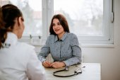 Mädchen berät sich mit Frauenarzt