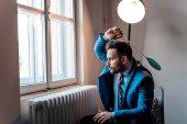 Fotografie Mann in einem Anzug, eine Fliege mit einer Fliegenklatsche schlagen