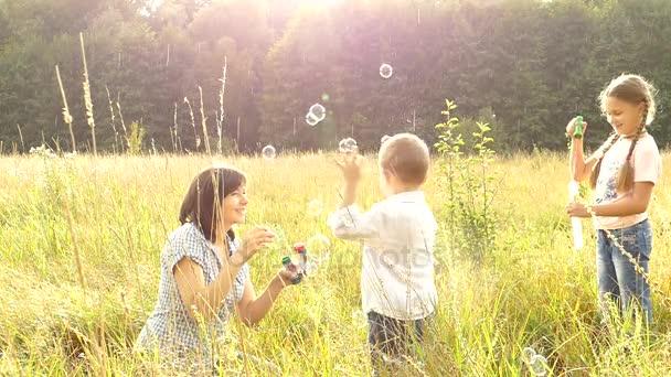 Šťastné děti hrají se svou matkou